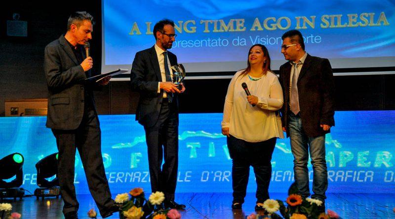 Presidente Provincia Imperia Fabio Natta premia Gisella Calabrese2